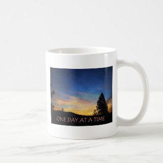 Una salida del sol del día a la vez taza clásica