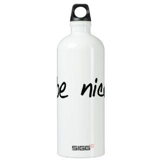 """Una selección completa de """"sea agradable."""" botella de agua"""