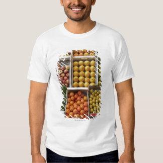 Una selección de fruta encajonada orgánica remeras