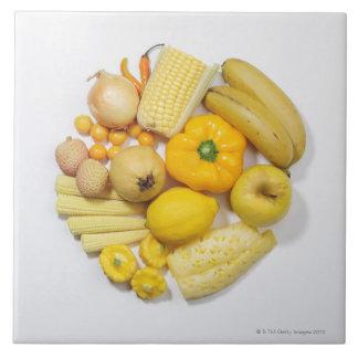 Una selección de frutas y de verduras amarillas azulejo cuadrado grande