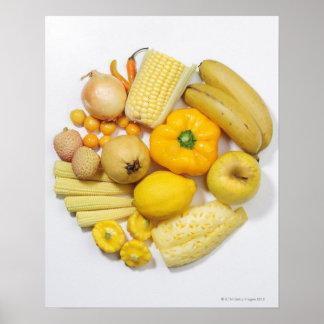 Una selección de frutas y de verduras amarillas póster