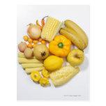 Una selección de frutas y de verduras amarillas tarjetas postales