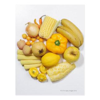 Una selección de frutas y de verduras amarillas tarjeta postal