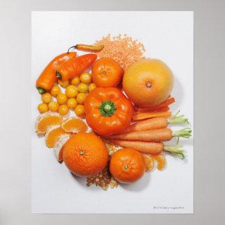 Una selección de frutas y de verduras anaranjadas posters
