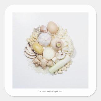 Una selección de frutas y de verduras blancas pegatina cuadrada