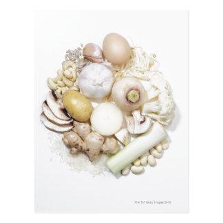 Una selección de frutas y de verduras blancas postal