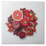 Una selección de frutas y de verduras rojas tejas  cerámicas