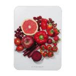 Una selección de frutas y de verduras rojas iman