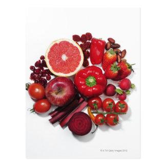 Una selección de frutas y de verduras rojas postal