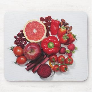 Una selección de frutas y de verduras rojas tapetes de raton