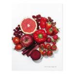 Una selección de frutas y de verduras rojas postales