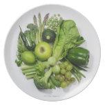 Una selección de frutas y de verduras verdes platos