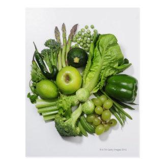 Una selección de frutas y de verduras verdes postales