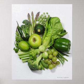 Una selección de frutas y de verduras verdes póster