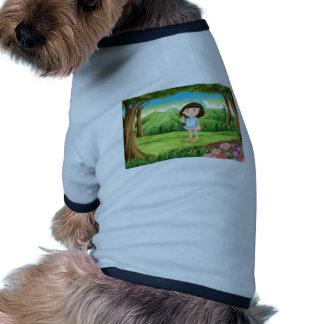 Una selva con una chica joven linda camiseta con mangas para perro