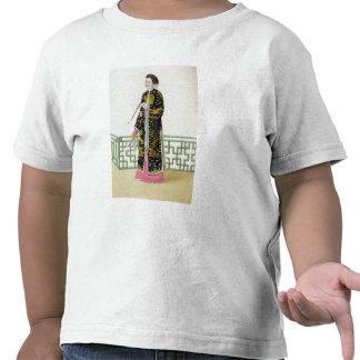 Una señora de la distinción en su hábito de la cer camisetas