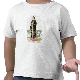 Una señora de la distinción en su hábito de la cer camiseta