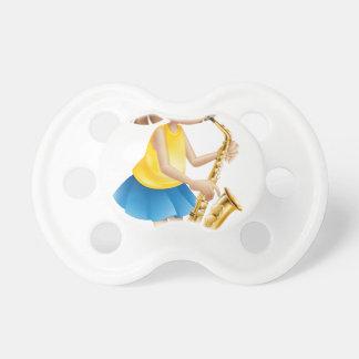 Una señora joven que juega con el saxofón chupetes