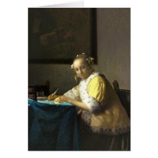 Una señora Writing una tarjeta de felicitación del