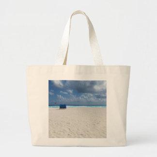 Una silla de playa aguarda bolsa tela grande