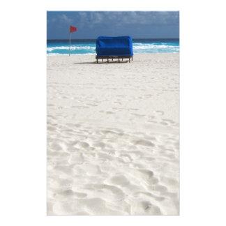 Una silla de playa aguarda  papeleria de diseño