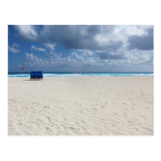 Una silla de playa aguarda postal