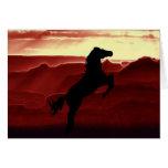 Una silueta del caballo que se alza tarjetón