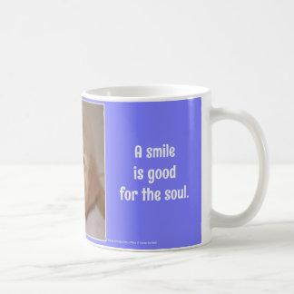 Una sonrisa es buena para el perrito de oro sonrie tazas de café