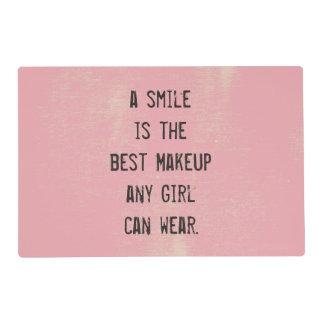 Una sonrisa es el mejor maquillaje que cualquier tapete individual