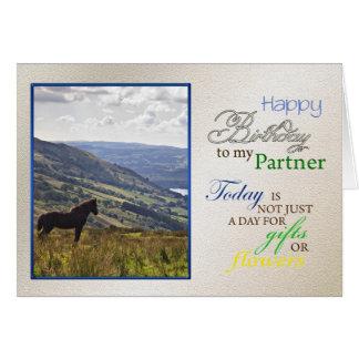 Una tarjeta de cumpleaños del caballo para el soci