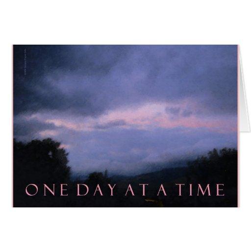 Una tarjeta rosada azul de las nubes del día a la
