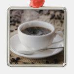 Una taza de café adorno navideño cuadrado de metal