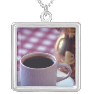Una taza de café árabe. Siria. El centro Colgantes