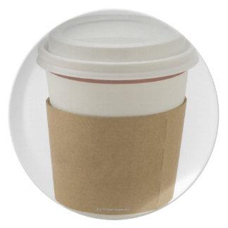 Una taza de café de papel platos