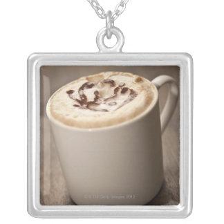 Una taza de café del Cappuccino remató con derreti Joyeria Personalizada