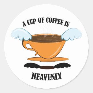 Una taza de café es divina pegatinas redondas