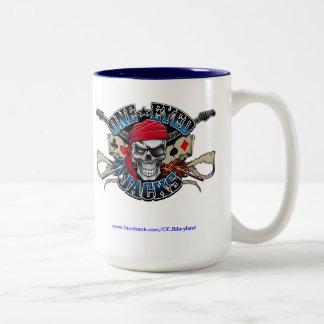 Una taza de café observada de los enchufes