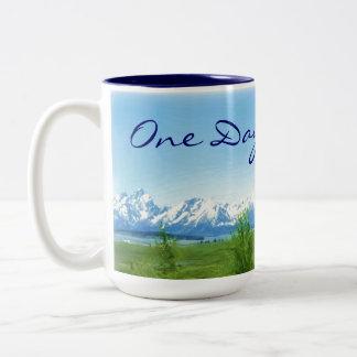 Una taza de las montañas del día a la vez