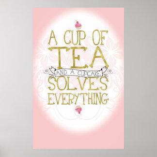 Una taza de té y de una magdalena póster