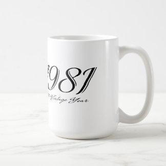 una taza del año 1981 del vintage
