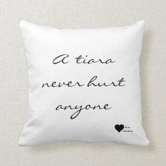 """""""Una tiara nunca dañó cualquier persona"""" almohada"""