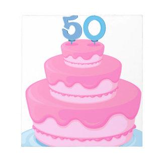 una torta con la vela blocs de papel