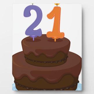 una torta con la vela placa para mostrar