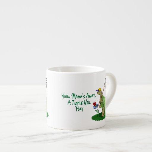 Una tortuga jugará taza espresso