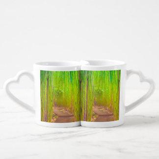 Una trayectoria de madera a través de un bosque de set de tazas de café