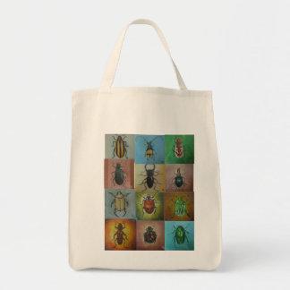 Una variedad de escarabajos en un modelo hermoso bolsa tela para la compra