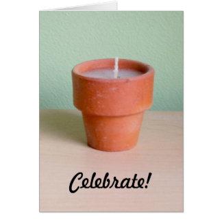 Una vela votiva en un poco pote de arcilla felicitación