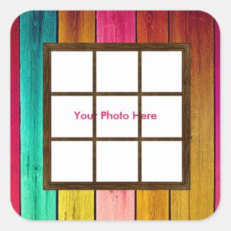 Una ventana en los pegatinas cuadrados de madera pegatina cuadrada
