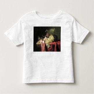 Una vida inmóvil con las uvas, ciruelos camisas