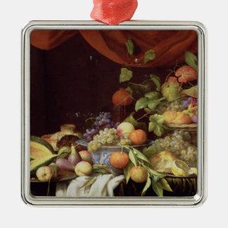 Una vida inmóvil de la fruta en una repisa adorno cuadrado plateado